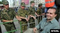 Виктор Шендерович (справа) и внутренние войска
