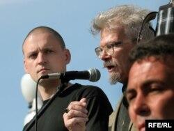 Сергей Удальцов (слева) и Эдуард Лимонов на митинге в Москве 11 июня 2007 года