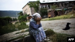 Грузинська жінка плаче біля входу до її зруйнованого будинку. 23 серпня 2008 року