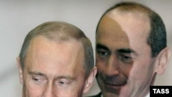 Russia's ex-president Vladimir Putin (L) and Armenia's ex-president Robert Kocharian (archive photo)