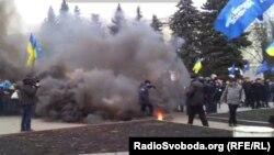 Дим від димової шашки біля мітингу Євромайданівців у Харкові, Форум Євромайданів, 12 січня 2014 року