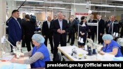Президент Білорусі Олександр Лукашенко (на фото в центрі) не зупиняв роботу підприємств, масові заходи та навчання через коронавірусну пандемію