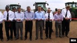 Министерите Љупчо Димовски и Зоран Ставрески и Директорот на Дирекцијата за технолошко индустриски развојни зони Виктор Мизо, присуствуваа на првиот ден од рестартирањето на агрокомбинат Џумајлија кој го купи индискиот бизнисмен Субарата Рој.