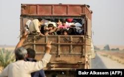 Жители курдского города Кобани на границе с Турцией покидают дома.16 октября 2019 г.