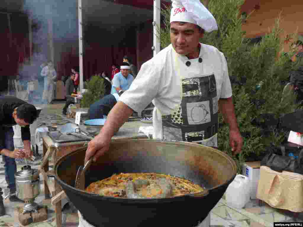 Дилшод Абдурашидов плов «Президент» сварил с добавлением казы - конской колбасы. Шымкент, 25 октября 2014 года.