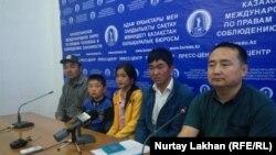 Житель Алматинской области Уали Силам (второй справа), двое его детей и родственник, правозащитный активист Серикжан Билял (справа). Алматы, 25 мая 2018 года.
