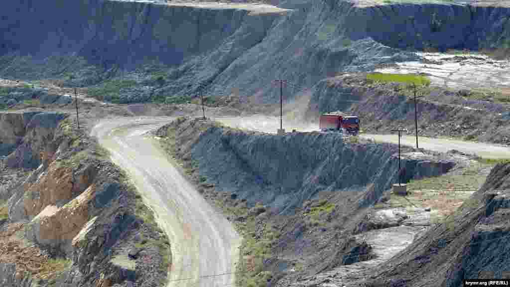 Серпантином дорога спускається до місця видобутку щебеню