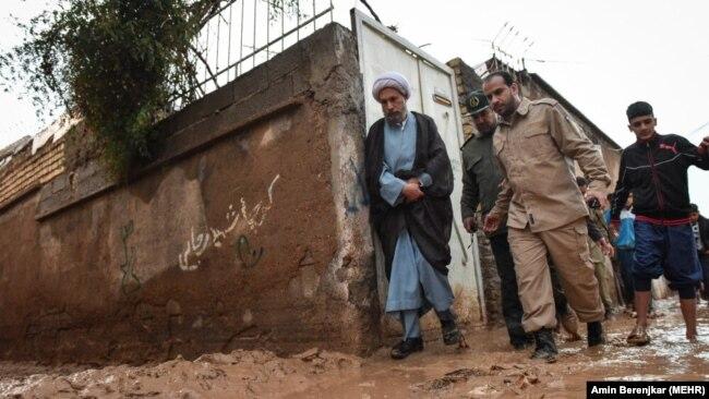 بازدید نماینده آیتالله خامنهای در استان فارس از مناطق سیلزده شیراز