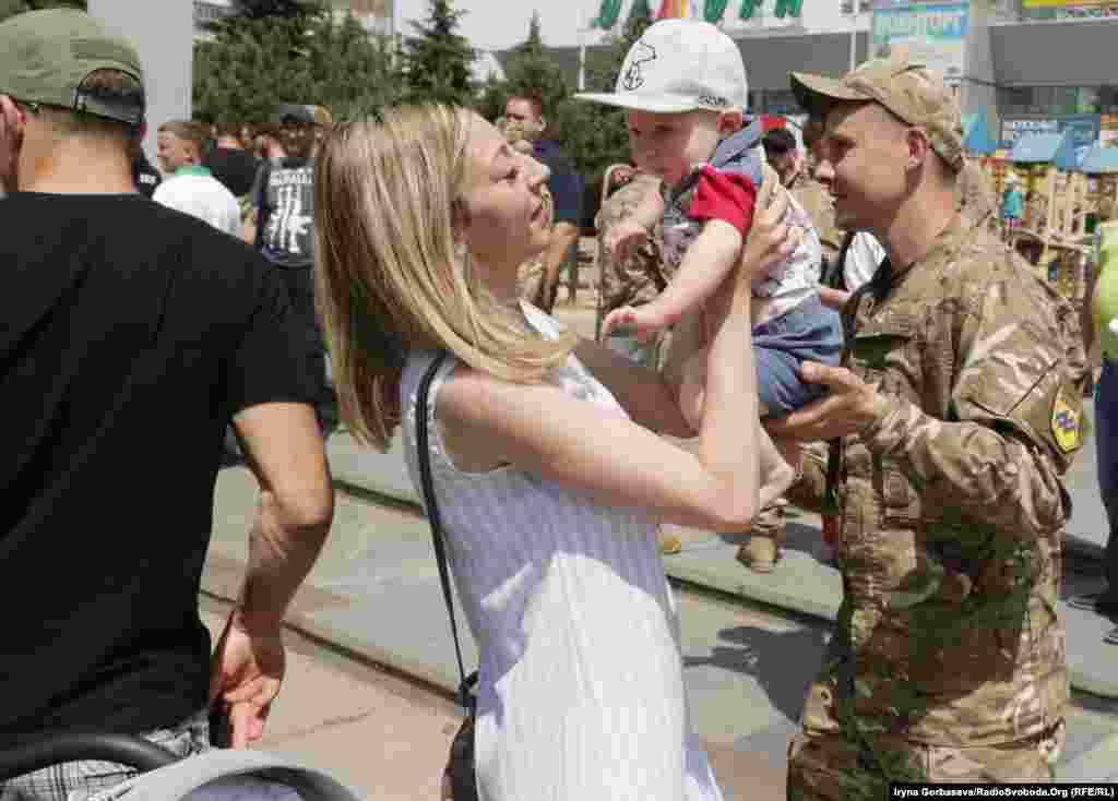 На свято прийшли не тільки мешканці Маріуполя, а й військові та їхні сім'ї