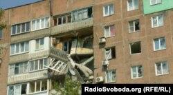 Постраждала від обстрілів багатоповерхівка у Донецьку