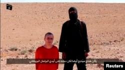 Maskalı terrorçu Britaniyalı girovun başını kəsməmişdən əvvəl, Suriya