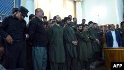 Обвиняемые по делу о линчевании 27-летней Фархунды перед судом Кабула, 2 мая 2015 года.