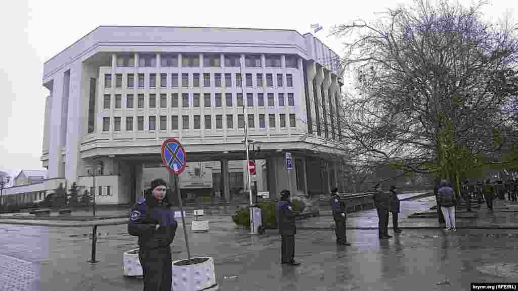 Біля Верховної Ради, яка теж була оточена міліцією, юрбилися 300-400 мітингувальників з прапорами Автономної республіки Крим та російськими прапорами. Над будівлею Верховної Ради теж майоріли два прапори – прапор Криму і російський триколор. Вчорашні барикади стоять, але людей біля них не видно
