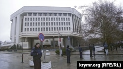 Міліцейське оточення біля кримського парламенту, 27 лютого 2014 року