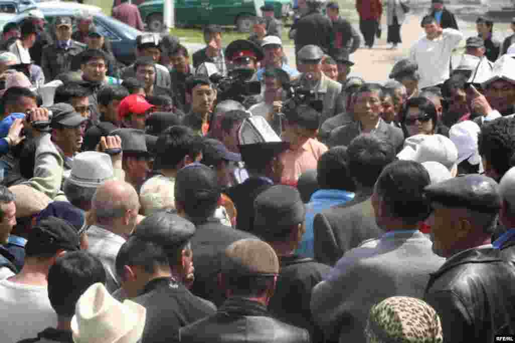 Аким ошондой эле алардын мыйзамга ылайык жооп бериши шарт экенин белгиледи. - Kyrgyzstan -- Kyrgyz Lawmakers to Discuss the Cause of the Inter-Ethnic Tensions in the Town of Petrovka,30april2009