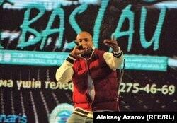 Приехавший из Германии певец Бен Уаттара выступает на открытии кинофестиваля «Бастау». Алматы, 23 октября 2012 года.
