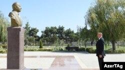 İlham Əliyev atasının heykəli önündə