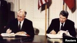 8 dekabr 1987. SSRI və ABŞ prezidentləriMixail Qorbaçov və Ronald Reagan tərksilah müqaviləsini imzalayarkən