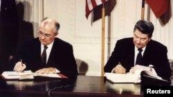 Ўрта масофали ядровий қўшинларга доир битимни 1987 йилда АҚШ Президенти Рональд Рейган ва собиқ СССР Президент Михаил Горбачёв имзолаган.