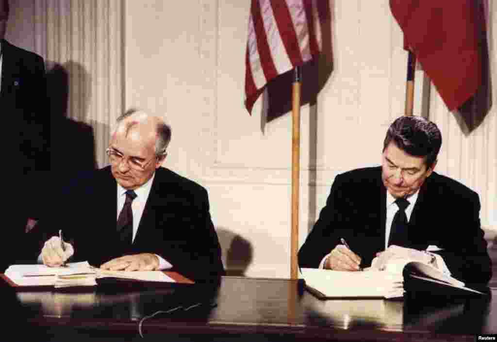 Михаил Горбачев и Рональд Рейган подписывают Договор о ликвидации ракет средней и малой дальности. Вашингтон, Белый Дом, 8 декабря 1987 года