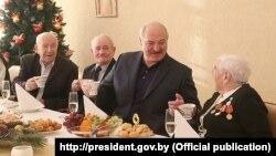 Аляксандар Лукашэнка з вэтэранамі падчас візыту ў дом-інтэрнат «Сьвітанак» у Менскім раёне