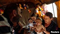 Десятый год подряд в этих автобусах живет большая семья Байрама Курадзе. Там они не только спят и едят, но даже умудряются принимать гостей. фото: Давид Мдзинаришвили