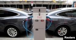 Tesla Model X elektromos kocsik egy töltőállomáson. A hidrogéncellát gyorsabban lehet feltölteni