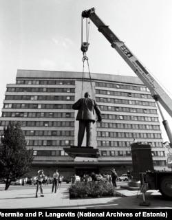 Памятник Ленину снимают с постамента в Таллинне. 1991 год.