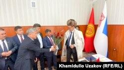 Шаардык кеңештин депутаттары Алмаз Мамбетовду куттуктап жаткан учур. 26-август, 2021-жыл.
