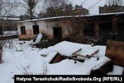 Зруйновані склади біля будинку