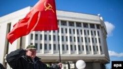 Референдумнан соң СССР туын ұстап тұрған адам. Симферополь, 17 наурыз 2014 жыл.
