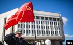 СССР-дің туын ұстап тұрған ер адам. Симферополь, 17 наурыз 2014 жыл