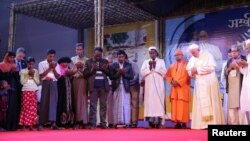 Папа римский Франциск на совместной молитве с мусульманами-рохинджа в Дакке.