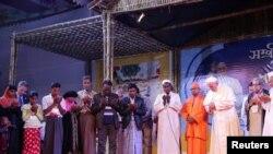 Рим папасы рохинжа мусулмандарынын өкүлдөрү менен жолуккан учур. Дакка, 1-декабрь, 2017-жыл.