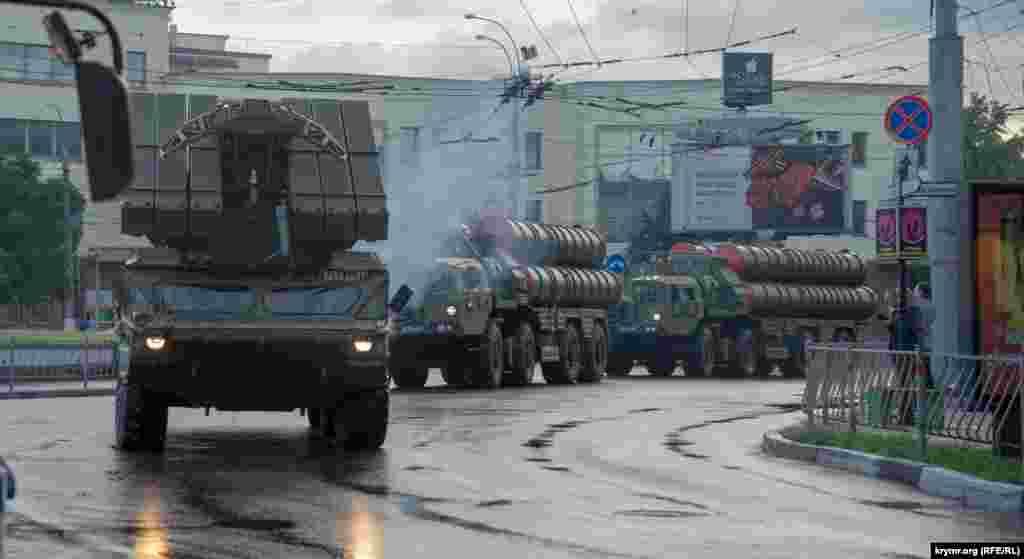 Водночас на материковій Україні з 2015 року 8 травня відзначають День пам'яті та примирення, 9 травня – День перемоги над нацизмом у Другій світовій війні (на заміну радянському «Дню перемоги»). Офіційним символом вшанування є червоний мак. Цього року в Україні масові заходи до 9 травня обмежили через карантин