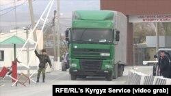 Грузовой автомобиль на границе Кыргызстана с Казахстаном.