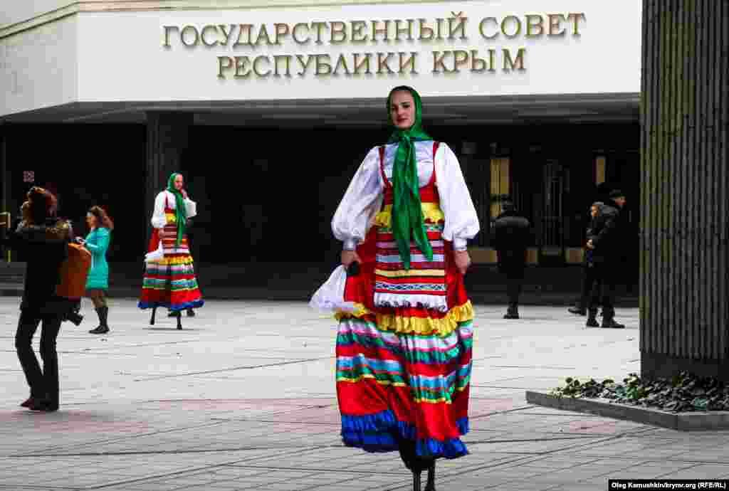 Для присутніх кримчан провели невеличкий концерт колективів народної творчості та виступ ходулістів