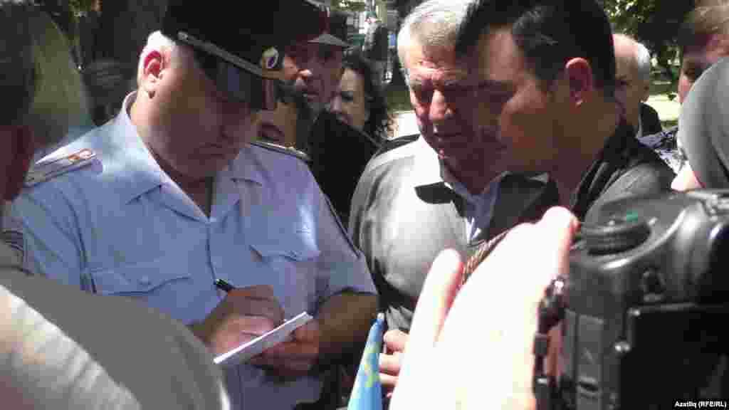 Полиция чарага килгәннәрнең күбесенең документларын тикшерде
