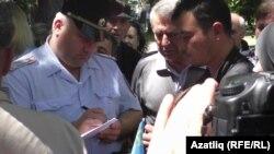 Поліція перевіряє документи в учасників жалобних заходів у Сімферополі в анексованому Криму, 18 травня 2017 року