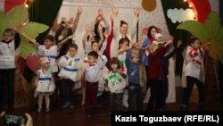 """Победители конкурса """"Площадки детям"""" вместе с детьми на церемонии вручения сертификатов о строительстве детских площадок. Алматы, 7 ноября 2014 года."""