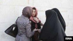 نیروهای پلیس ایران به زنی در مورد «حجاب» او هشدار میدهند