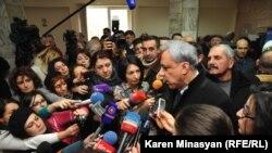 Вартан Осканян беседует с журналистами во время посещения больницы, где лежит раненый Паруйр Айрикян, Ереван, 1 февраля 2013 г.
