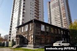 В Новосибирске старые дома стоят рядом с современными