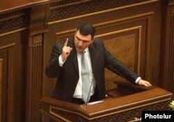 Армения бас прокуроры Геворг Костанян парламентте сөйлеп тұр. Ереван, 1 қараша 2013 жыл.