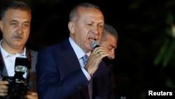 Түркия президенті Режп Тайып Ердоған жақтастары алдында сөйлеп тұр. Стамбул, 24 маусым 2018 жыл.