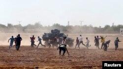 Թուրքիա - Ցուցարարները քարկոծում են զրահամեքենան Սիրիայի սահմանի մոտ, 7-ը հոկտեմբերի, 2014թ․