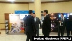Депутаты и медийные менеджеры в холле парламента, где открыта выставка государственных СМИ. Астана, 5 декабря 2016 года.