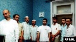 Polis şöbəsində saqqalları qırxılmış dindarlar, 25 avqust 2008