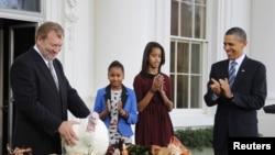 Прэзыдэнт ЗША Барак Абама з дочкамі падчас традыцыйнай цырымоніі «памілаваньня індычкі» ў Дзень падзякі 2001 году