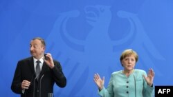 Канцлер Германии Ангела Меркель (справа) и президент Азербайджана Ильхам Алиев